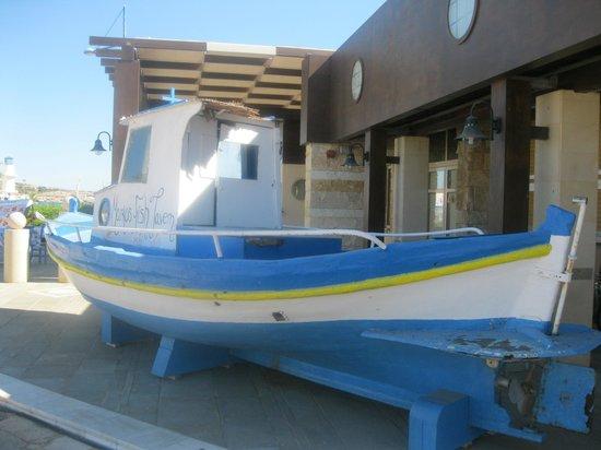 Vassos Psarolimano : barca donde se expone el marisco y el pescado