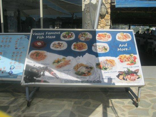 Vassos Psarolimano: cartel mostrando los platos en la terraza
