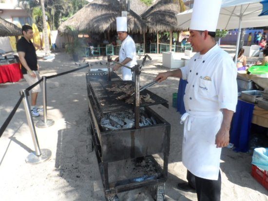 Friendly Vallarta All Inclusive Family Resort: Carne asada en la playa