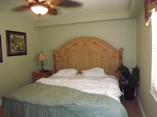 Beso Del Sol Resort: king boxsprings w/unattached headboard