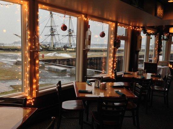 Capt's Waterfront Grill : Salão fechado