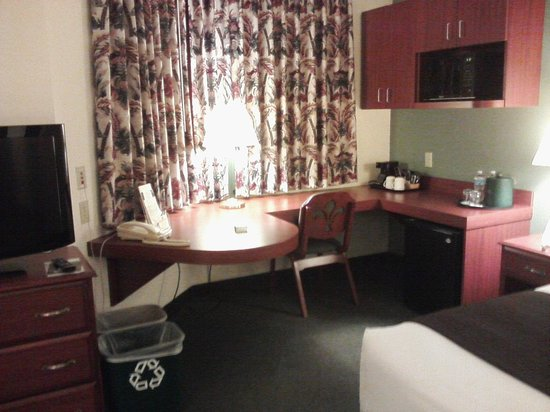 Kress Inn, An Ascend Hotel Collection: desk, kitchenette area