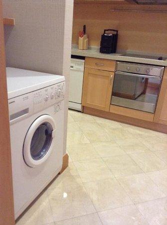 JW Marriott Hotel Shanghai at Tomorrow Square : machine a laver dans la cuisine