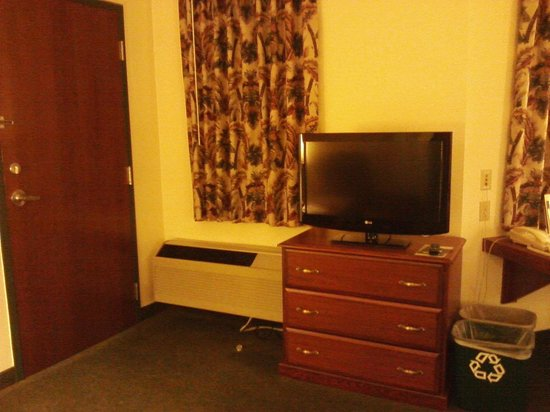 Kress Inn, An Ascend Hotel Collection: flat screen/dresser