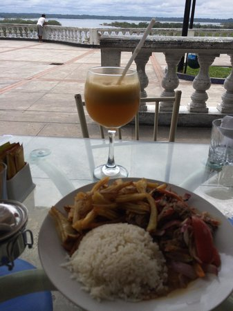 Dawn on the Amazon Cafe: Lomo saltado with a pineapple juice