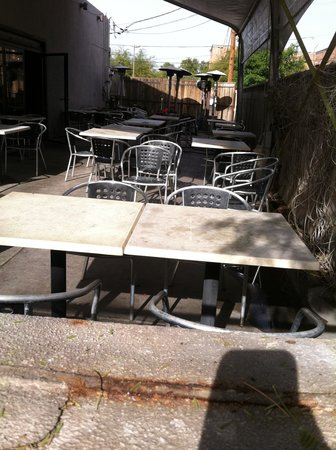 Grazie Italian Restaurant: Filthy patio