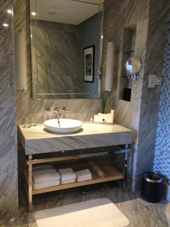 Carlton Hotel Singapore: Bathroom sink