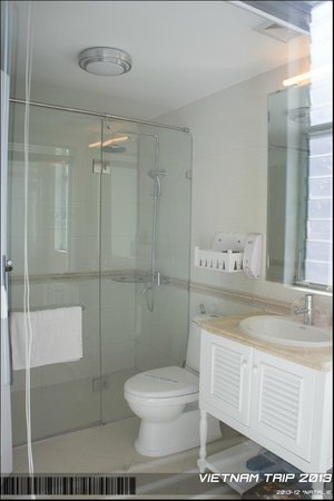 Calypso Grand Hotel: Modern bathroom