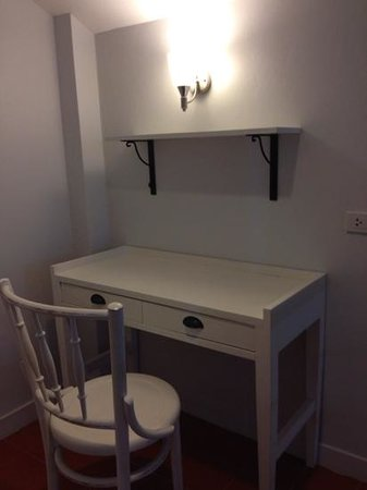 Baan Issara Resort Huahin : a desk in front of bedroom upstair