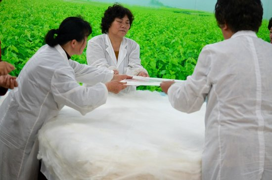 Shanghai Jiangnan Silk Museum: Making a comforter