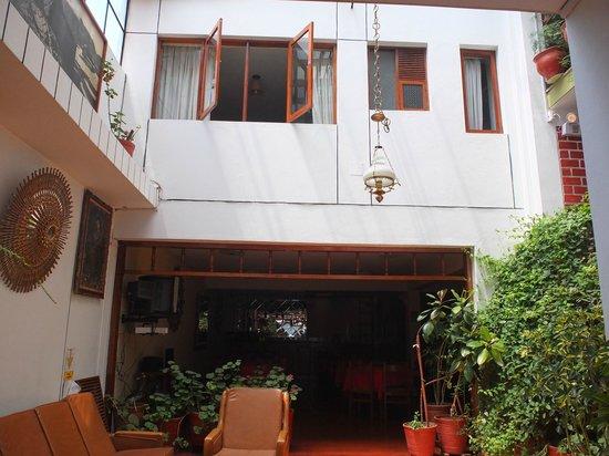 Hotel Casablanca Cusco: View of 2nd floor rooms & courtyard