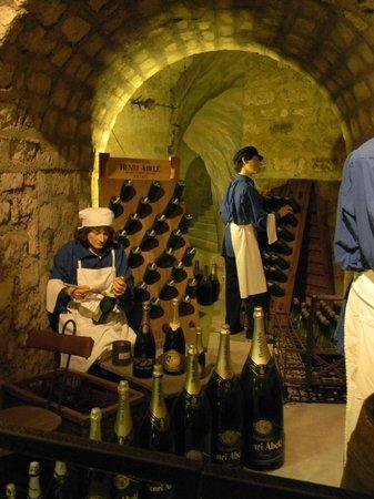 Musee du Vin (Wine Museum): Musee du Vin - champagne bottling exhibit