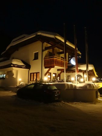 Arabella Hotel Waldhuus Davos: The hotel at night on Christmas eve