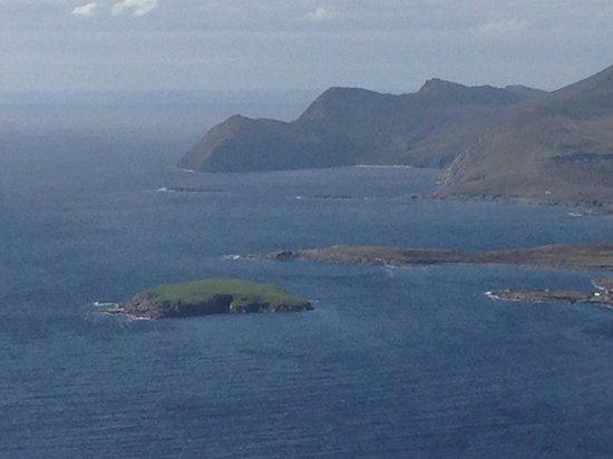 Achill Water's Edge: Mountain views on Achill Island