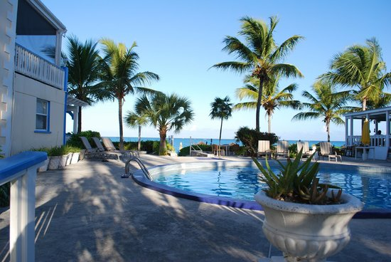 Sibonne Beach Hotel: walking from courtyard to beach