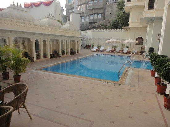 Hotel Swaroop Vilas: Swimming pool area