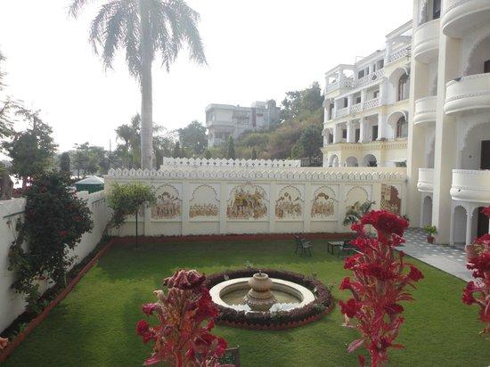 Hotel Swaroop Vilas : Part Lawn area