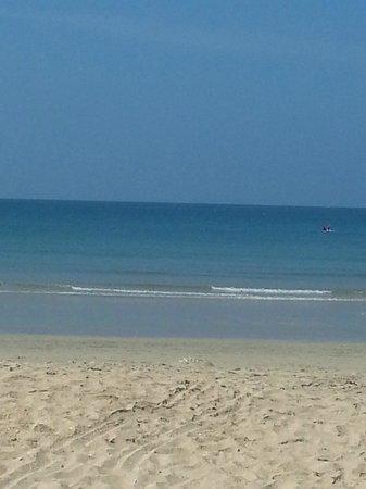 Lanta Sea House Resort : Stranden utanför hotellet