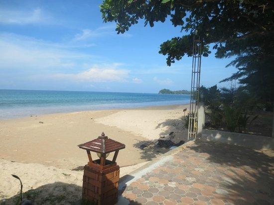 Lanta Sea House Resort: Stranden utanför hotellet