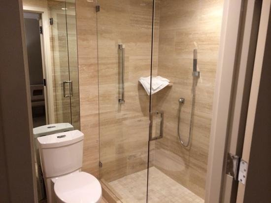 Grand Beach Hotel Surfside: Beautiful shower that didn't work