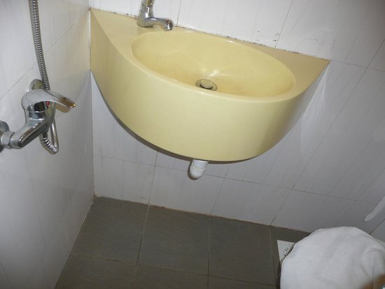 Arianna Hotel: shower on the left and toilet on the right and the sink