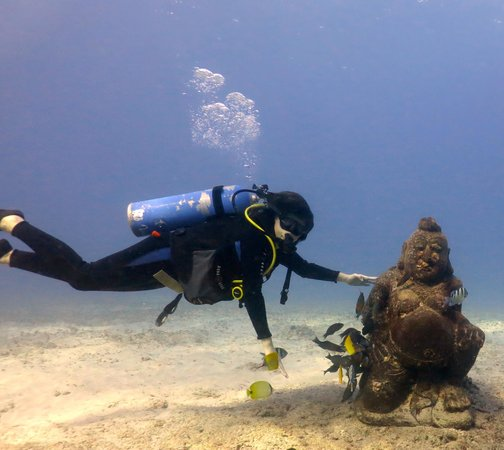 Reef Pirates Diving: @Kokos rubbing Buddha's belly for luck.