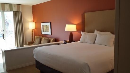 Hyatt Regency Indian Wells Resort & Spa : spacious room with a step-down seating area