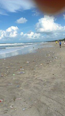 Padma Resort Legian : Disgusting beach