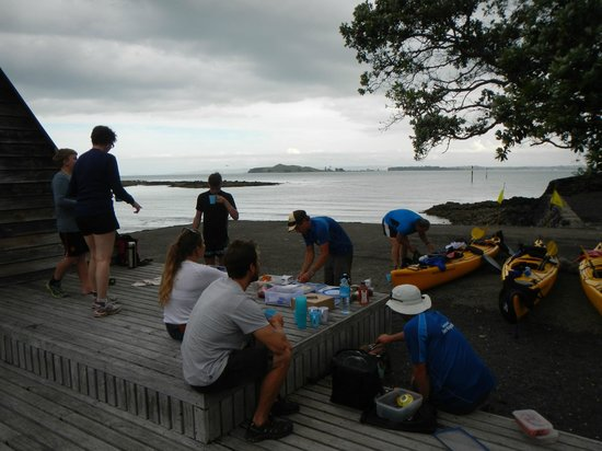 Auckland Sea Kayaks : Enjoying our BBQ dinner at Rangitoto Wharf