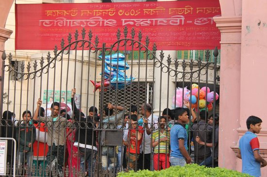 Ahsan Manzil : Crowds at the fence