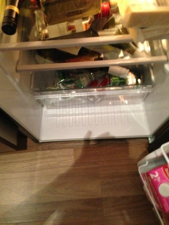 Executive Hotel Cosmopolitan Toronto : Fridge dirty