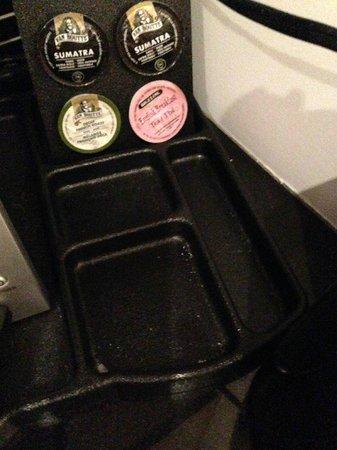 Executive Hotel Cosmopolitan Toronto : Coffee maker tray dirty