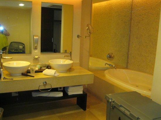 Sandos Playacar Beach Resort : master bath