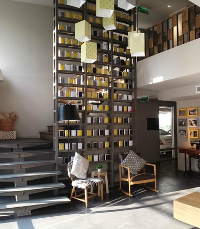 Lemontea Hotel: Stairs leading to breakfast area