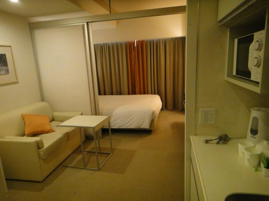 Citadines Karasuma-Gojo Kyoto: The living & sleeping area