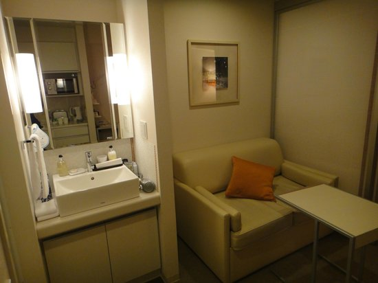 Citadines Karasuma-Gojo Kyoto: Sitting area with adjacent sink