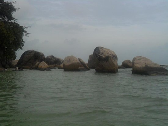 Bintan Cabana Beach Resort: big stones on the beach