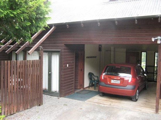 Greenacres Chalets And Apartments: Park your car in carport