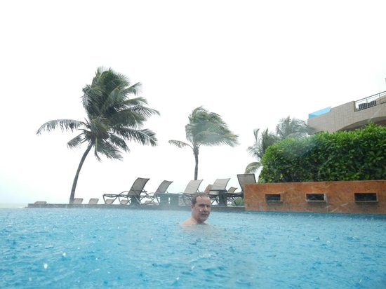 Residences El Faro: You can swim even when it rains hard : )