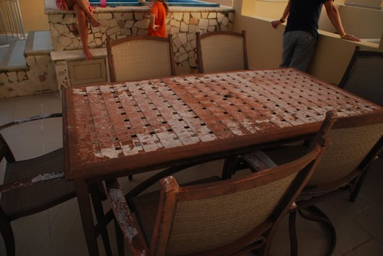 Residences El Faro: The condo rooftop would need a new table!