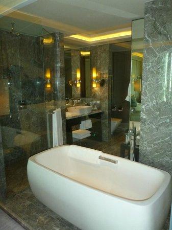 Siam Kempinski Hotel Bangkok : Bathroom