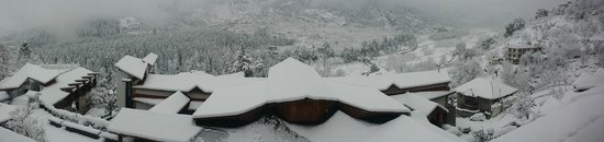 Manuallaya -The Resort Spa in the Himalayas: Outside view from the balcony on a snowy day.