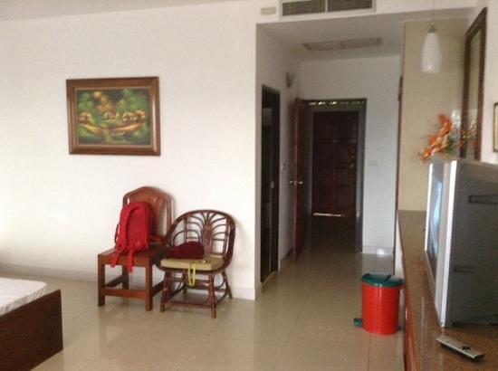 Aumpai Luxury: chambre et cuisine dans le fond