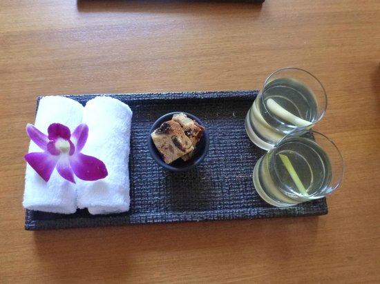 Anantara Chiang Mai Resort: Refreshments at check-in