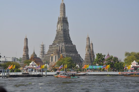 Wat Arun (Tempel der Morgenröte): Temple of Dawn (Wat Arun) from the water