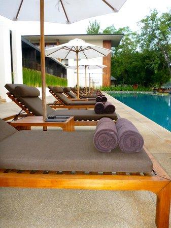 Anantara Chiang Mai Resort : Outdoor pool benches