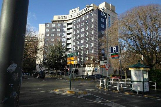 Hotel Tres Reyes: on voit le petit parking devant l'hotel