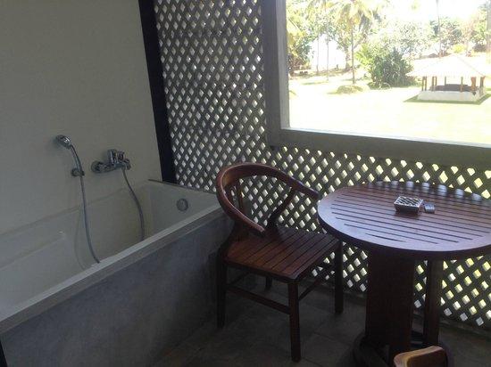 Cinnamon Bey Beruwala: room balcony with bath tub
