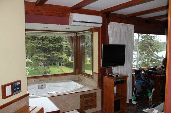 Charming Luxury Lodge & Private Spa: hot tub in room