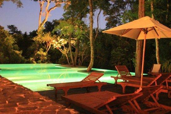 Loi Suites Iguazu: pool at night